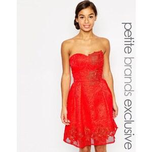 Chi Chi Petite Chi Chi London Petite - Robe de bal de fin d'année bandeau avec motif floral appliqué - Rouge