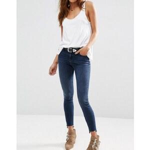 ASOS - Lisbon - Enge Jeans in dunkler Waschung mit halbhoher Taille und Stufensaum - Dunkelblaue Waschung