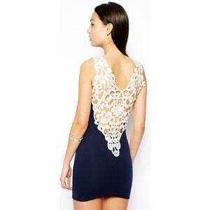 Club L – Essentials – Figurbetontes Kleid mit Rückenpartie in Häkeloptik