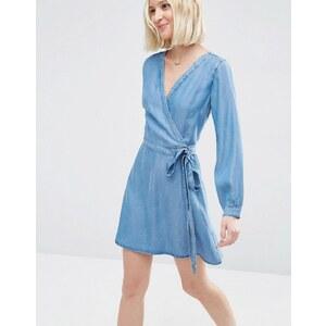 ASOS - Weiches, kurzes Jeanskleid in Wickeloptik und mittlerer Waschung - Blau