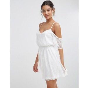 ASOS - Schulterfreies, kurzes Skaterkleid aus Spitze mit Flatterärmeln - Weiß