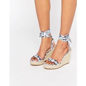 ASOS - TALENT - Sandalen mit Keilabsatz und Ballerinaschnürung - Druck