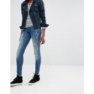 Only - Skinny-Jeans mit tiefem Bund und Farbspritzdesign in Korallenrot - Blau