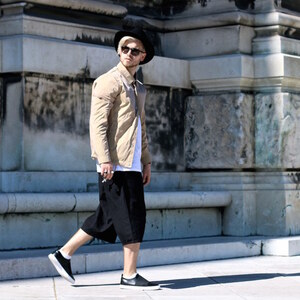 Look Urban Baggy Streetstyle wearing Shorts, Coach Jacket and Slip-Ons von meanwhileinawesometown