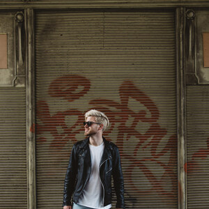 Look Outfit: Ripped Jeans, White T-Shirt and Leather Biker Jacket von meanwhileinawesometown