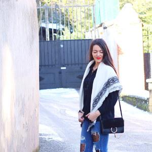 Look de L'association jeans destroy et plumetis à lestendancesbymarin €
