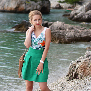 Look Outfit: Green flared skirt, waterfall top and fringe bag in Brela, Croatia von Kati Kletzel