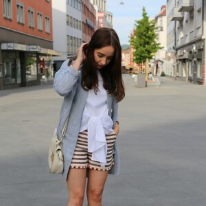 Look light blue oversize blazer X knotted shirt X tweed shorts X Streetstyle from Würzburg von clean_couture