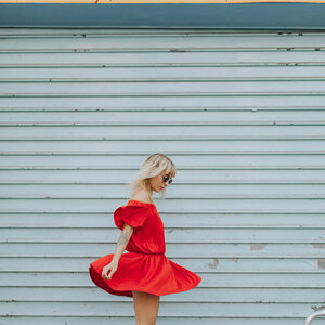 Look de Robe rouge à épaules dénudées et sandales compensées à sp4nk €