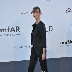 Look Karlie Kloss: all in black von domodi