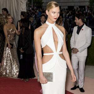 Look Karlie Kloss: weißes Kleid von domodi