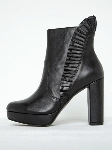 86d9555de9f0d Čierne kožené členkové topánky s riasením na podpätku Tamaris - Glami.sk