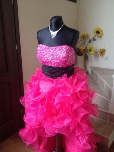 cdbaf263636f Neónové růžové maturitní plesové šaty na míru s černým páskem a zdobeným  korzetem