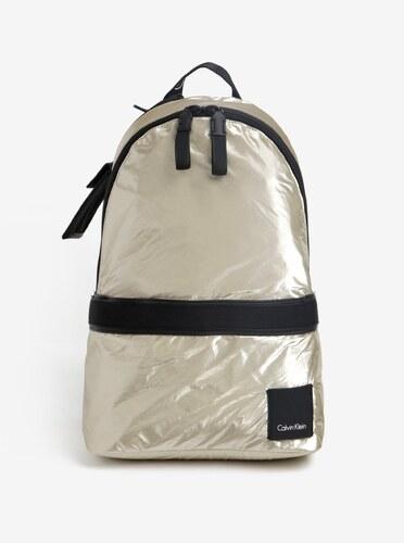 15fcae9760 Metalický dámský batoh ve zlaté barvě Calvin Klein Jeans Fluid ...