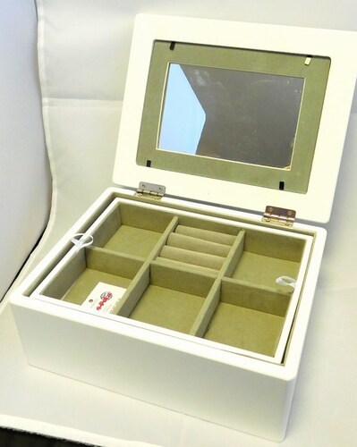 183b7221506 GD design Bílá dřevěná šperkovnice na šperky 104804 se zrcadlem a místem  pro fotku