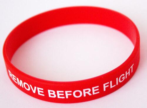 7822f578c Moderní silikonový náramek na ruku s nápisem Remove Before Flight. Průměr  70 mm.