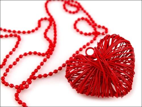 Náhrdelník s červeným drátovaným srdcem
