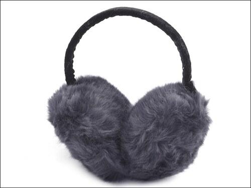 Chlupaté šedé klapky na uši