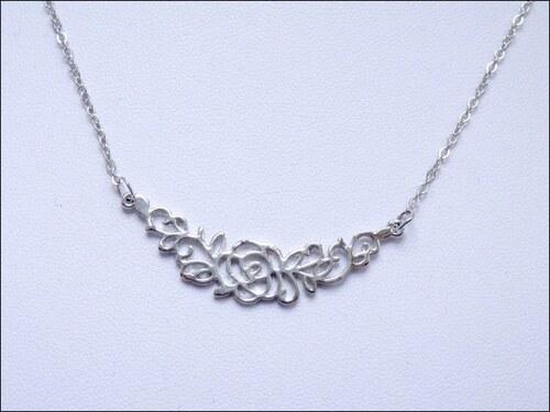 Jednoduchý stříbrný náhrdelník s růžičkou