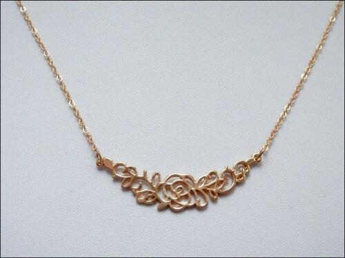 Jednoduchý zlatý náhrdelník s růžičkou