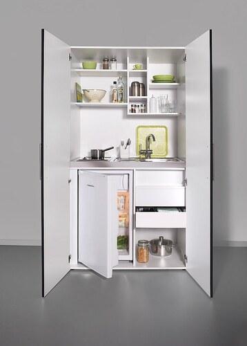 Schrankküche mit Glaskeramik-Kochfeld und Kühlschrank