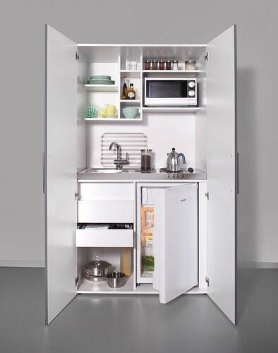 Schrankküche mit Kochplatten, Kühlschrank und Mikrowelle