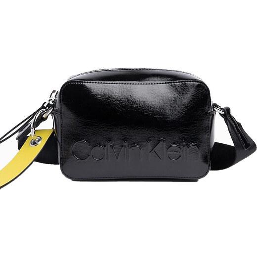 ed9222f949 Calvin Klein černá lesklá kabelka Edged Camera Bag Black - Glami.cz